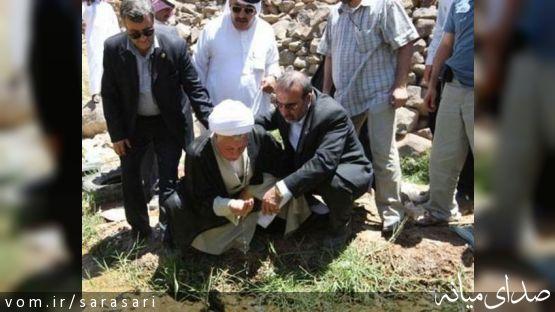 آیت الله هاشمی در کنار چشمه باغ فدک +تصویر