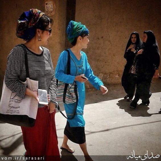 بدون شرح: نگاه معنادار زن توریست و زن ایرانی به هم! +تصویر