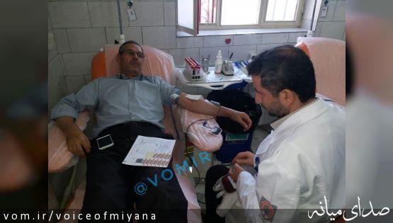 اهدا خون فرماندار میانه همگام با مردم برای کمک به زلزله زدگان کرمانشاه +تصاویر
