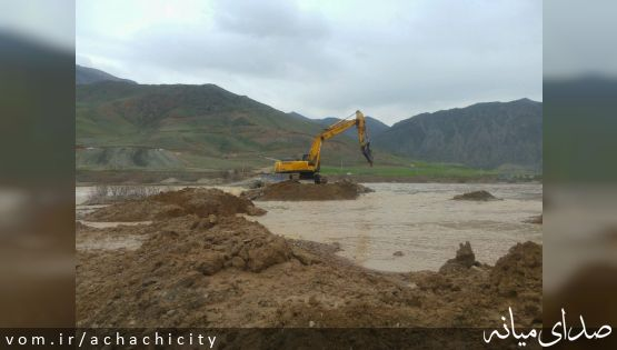 تخریب پل ارتباطی بر روی رودخانه قزل اوزن جهت مقابله با سیل احتمالی