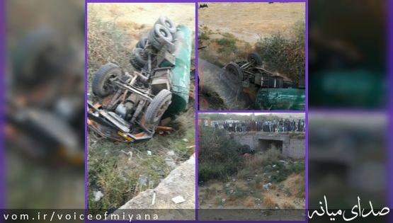تصاویر واژگونی خودروی حامل گازوییل با دو فوتی در محور شیخدرآباد